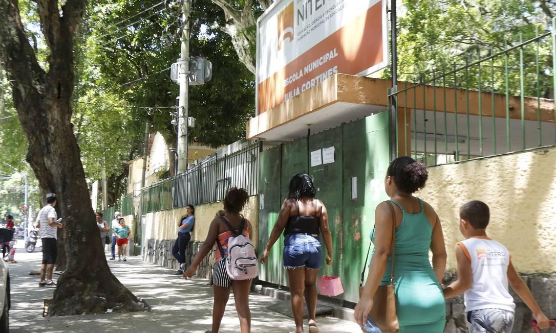 Mães levam seus filhos para as aulas na Escola Municipal Julia Cortines em fevereiro, antes da quarentena que impediu nova matrículas Foto: Guilherme Pinto / 19-02-2020 / Agência O Globo