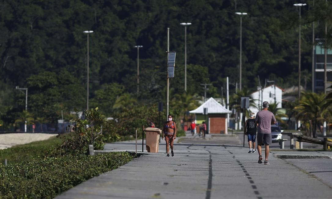 Pessoas caminham no calçadão de Piratininga: com restrições de horários, atividades físicas individuais estão liberadas a partir de quinta-feira na orla da cidade Foto: Fabiano Rocha / Agência O Globo