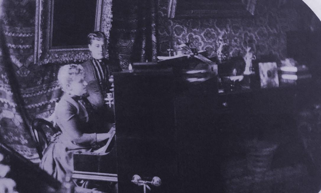 Ao piano, a princesa Isabel, no Palácio Laranjeiras, sua residência oficial, em 1885 Foto: Reprodução