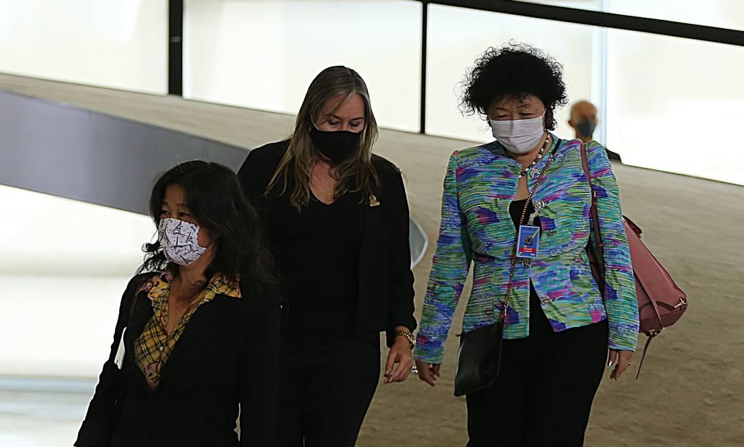 Nise Yamaguchi, de terno colorido, se reuniu com Bolsonaro antes da demissão de Nelson Teich Foto: Jorge William / Agência O Globo