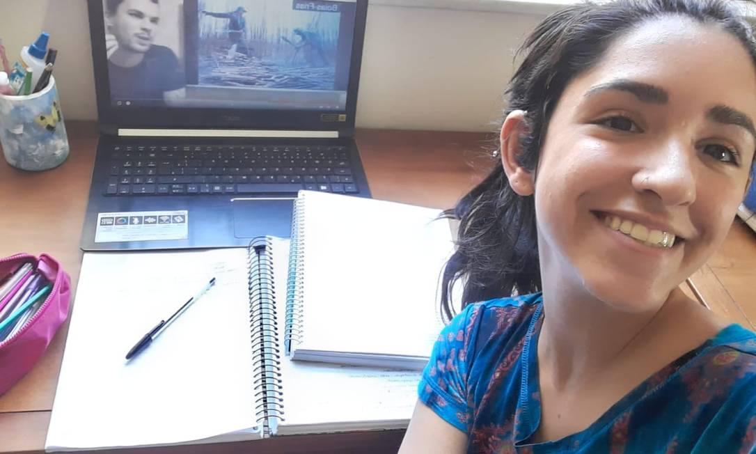A estudante Rebecca Lopes, de 18 anos, adaptou-se à nova rotina de estudos imposta pela quarentena. Foto: Acervo Pessoal