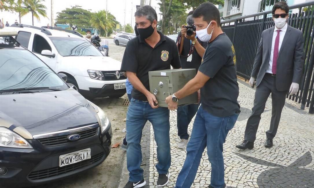Cofre e documentos foram apreendidos nesta quinta-feira na casa de Mário Peixoto na Barra da Tijuca Foto: Gabriel de Paiva / Agência O Globo