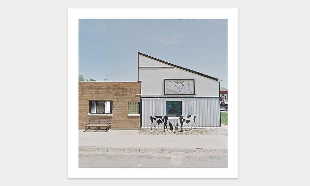 Foto de vacas pastando na frente de um bar nos EUA tirada por meio do Google Street View pela artista Jacqui Kenny, a viajante agorafóbica Foto: Jacqui Kenny / Divulgação