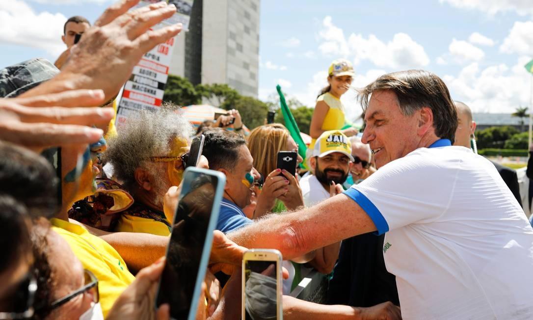 Bolsonaro cumprimentando seus apoiadores na manifestação de 15 de março. Foto: SERGIO LIMA / AFP