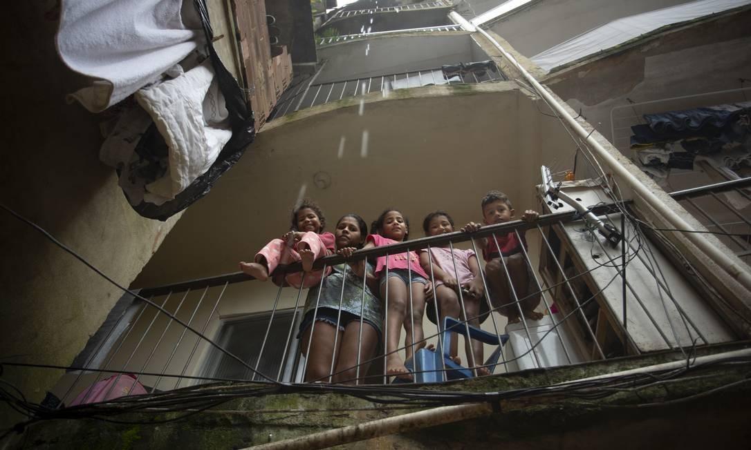 Ana Cláudia de Oliveira com os quatro filhos: moradores do Portão Vermelho, na Rocinha Foto: Márcia Foletto / Agência O Globo