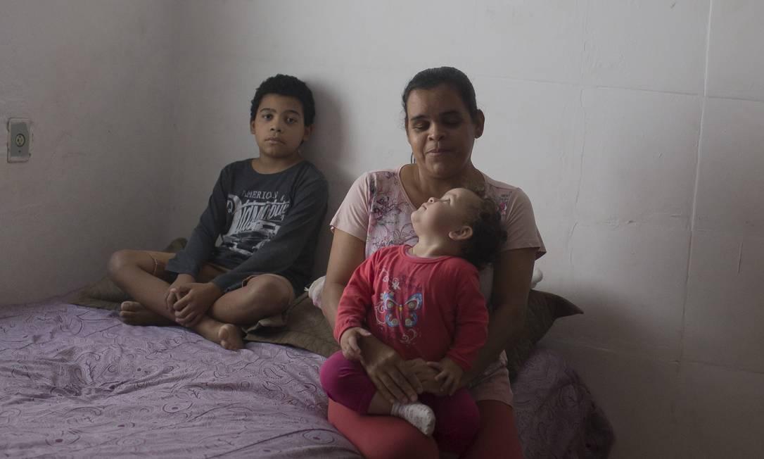 Valdineide Silva da Cruz, 40 anos, diarista, com os dois filhos Foto: Edilson Dantas / Agência O Globo