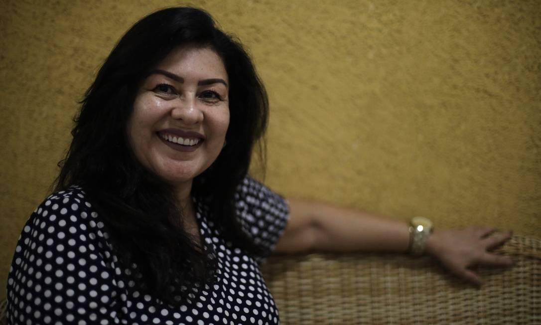 A dentista Ana Regina Magalhães costumava ir ao salão duas vezes por semana para pintar e escovar os cabelos. Agora faz tudo sozinha em casa Foto: Luiza Moraes / Agência O Globo