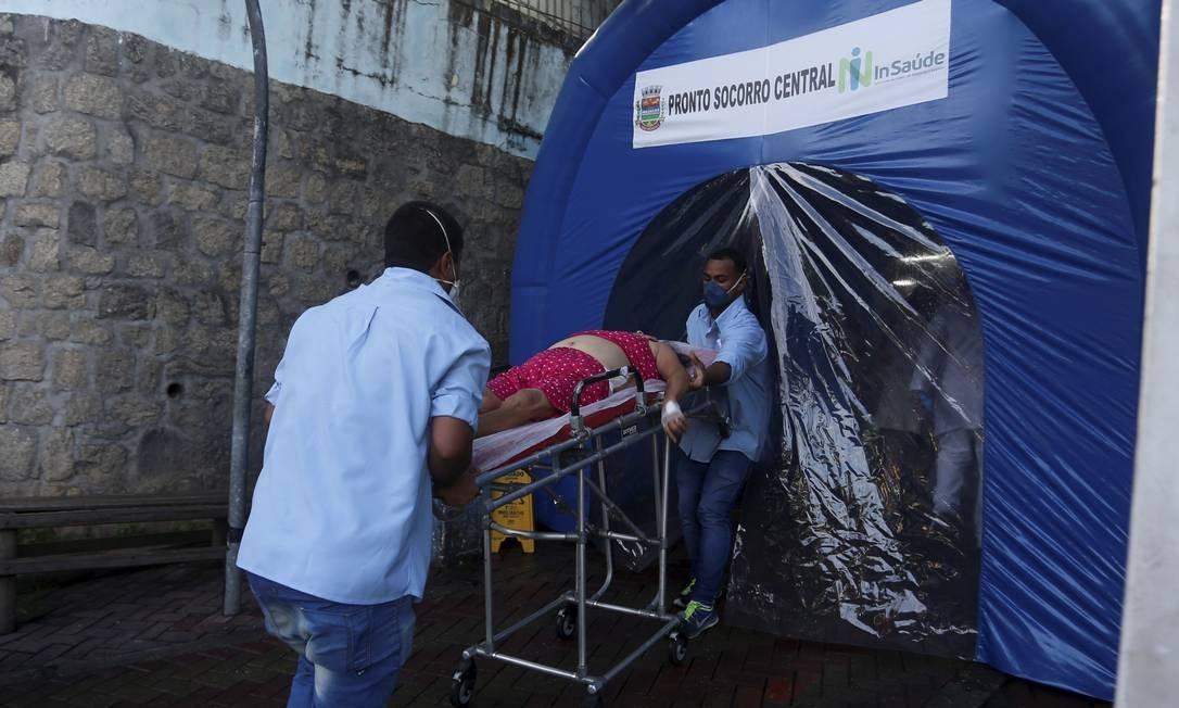 Túnel de desinfecção na entrada do Pronto Socorro Central de São Gonçalo, no Rio Foto: Fabiano Rocha / Agência O Globo