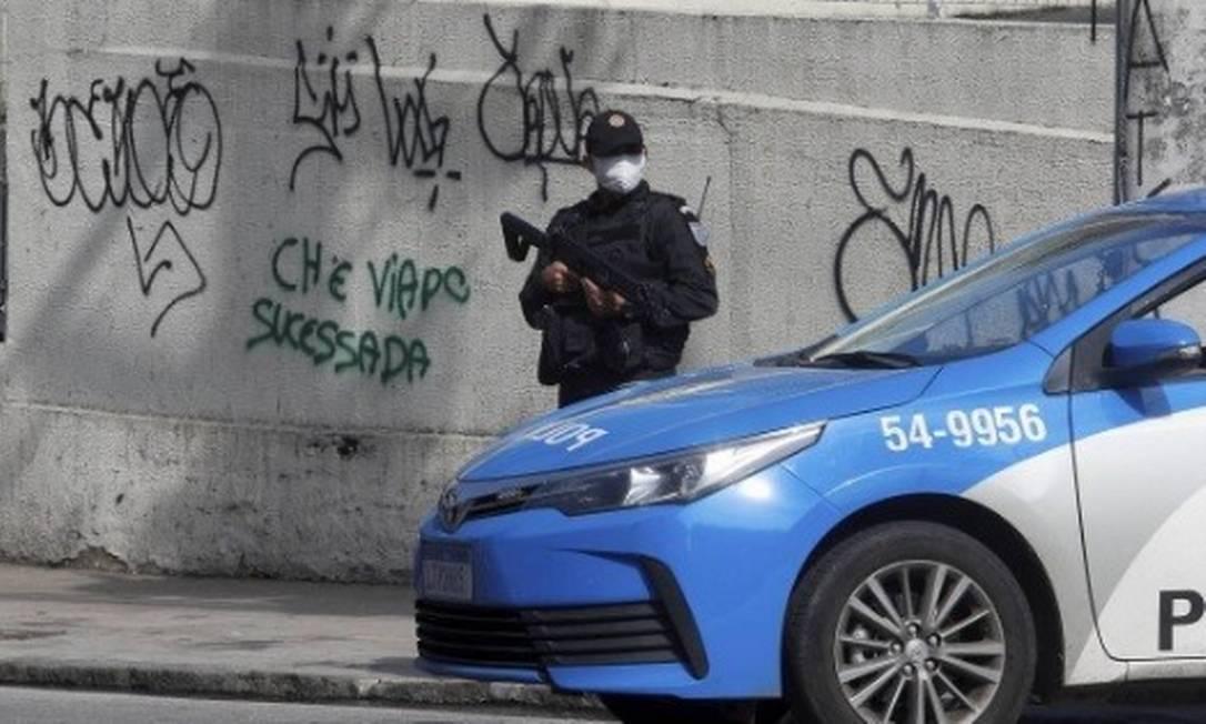 Policiamento refroçado neste sábado em um dos acessos ao Complexo do Alemão Foto: Fabiano Rocha/ Agência O Globo