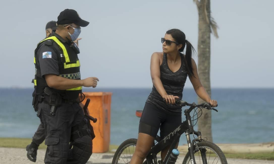 PMs pedem para banhistas na praia da Barra para colocar a máscara, no Rio de Janeiro Foto: Gabriel de Paiva / Agência O Globo