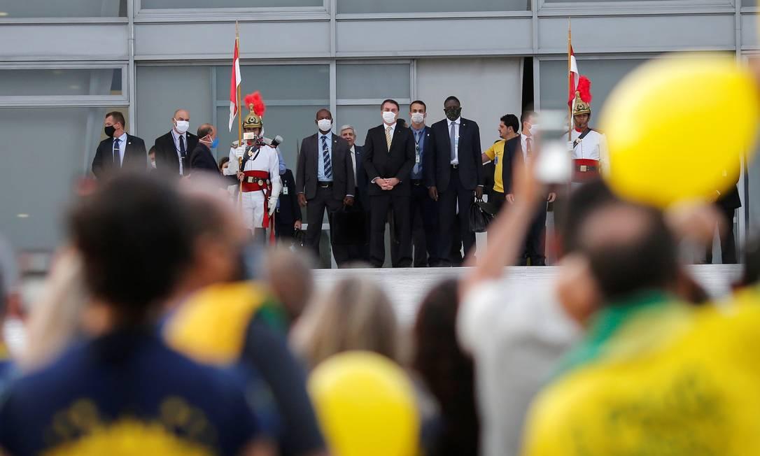 O presidente Jair Bolsonaro ao acompanhar manifestação fora do Palácio do Planalto Foto: ADRIANO MACHADO / REUTERS