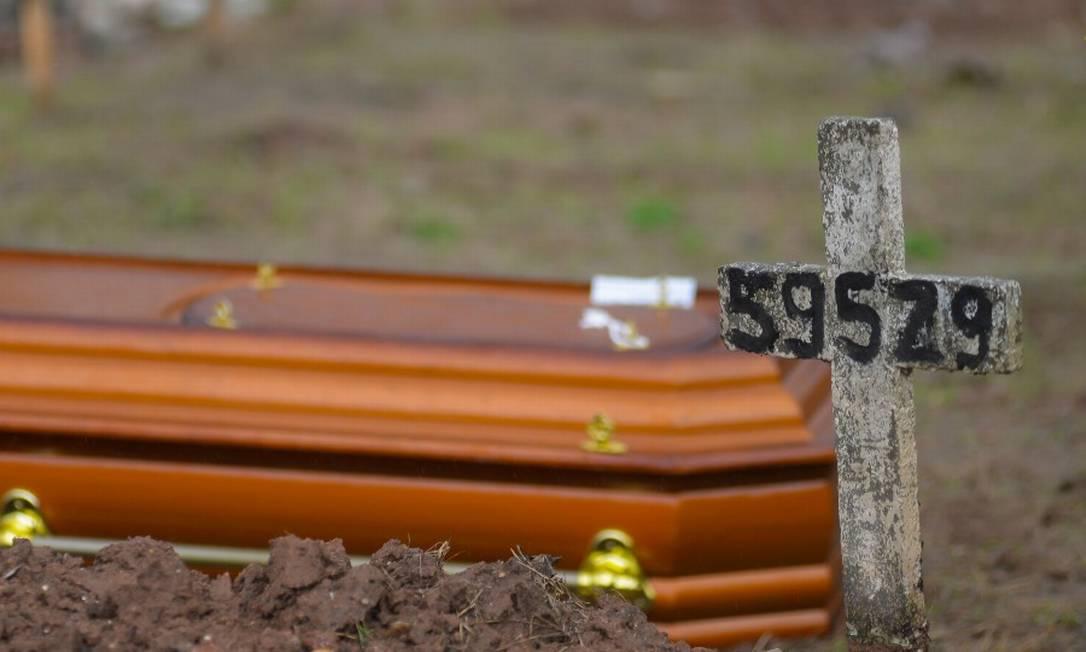 No cemitério São Francisco Xavier, no Caju, familiares dão adeus as vítimas da doença Foto: FramePhoto / Agência O Globo / 15-05-2020
