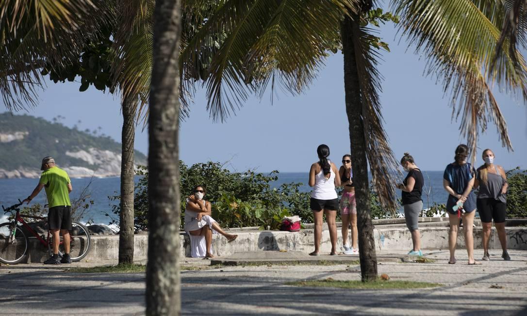 Pessoas caminham e praticam exercícios físicos no Quebra Mar, na Barra; bairro teve um dos maiores índices de isolamento da cidade neste domingo Foto: Ana Branco / Agência O Globo