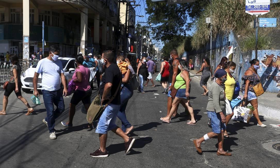 Aglomeração de pessoas no Alcantara, em São Gonçalo Foto: e FABIANO ROCHA / Agência O Globo