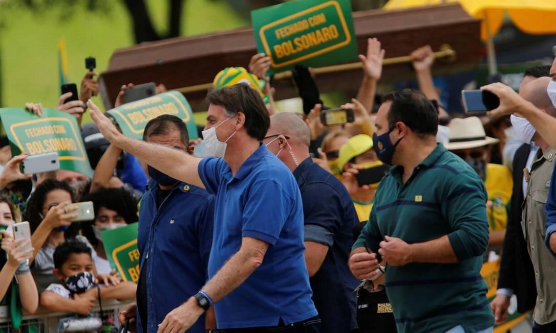 Presidente Jair Bolsonaro cumprimenta apoiadores durante ato pró-governo no Planalto Foto: ADRIANO MACHADO / REUTERS