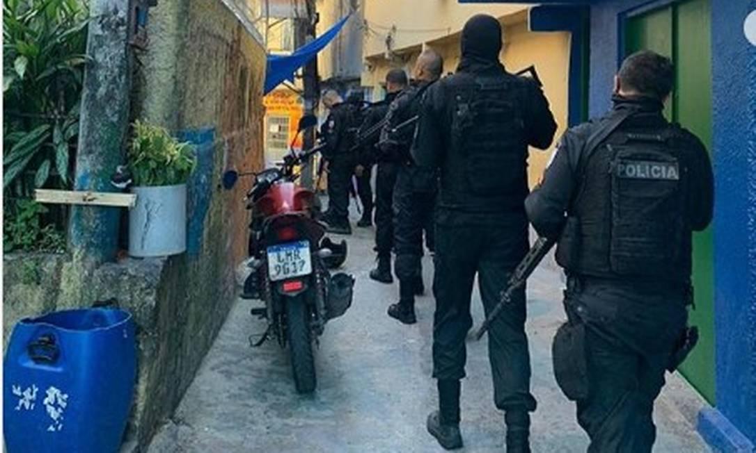 Policiais do Grupamento de Intervenção Tática dentro da comunidade do Vidigal Foto: Reprodução/Instagram
