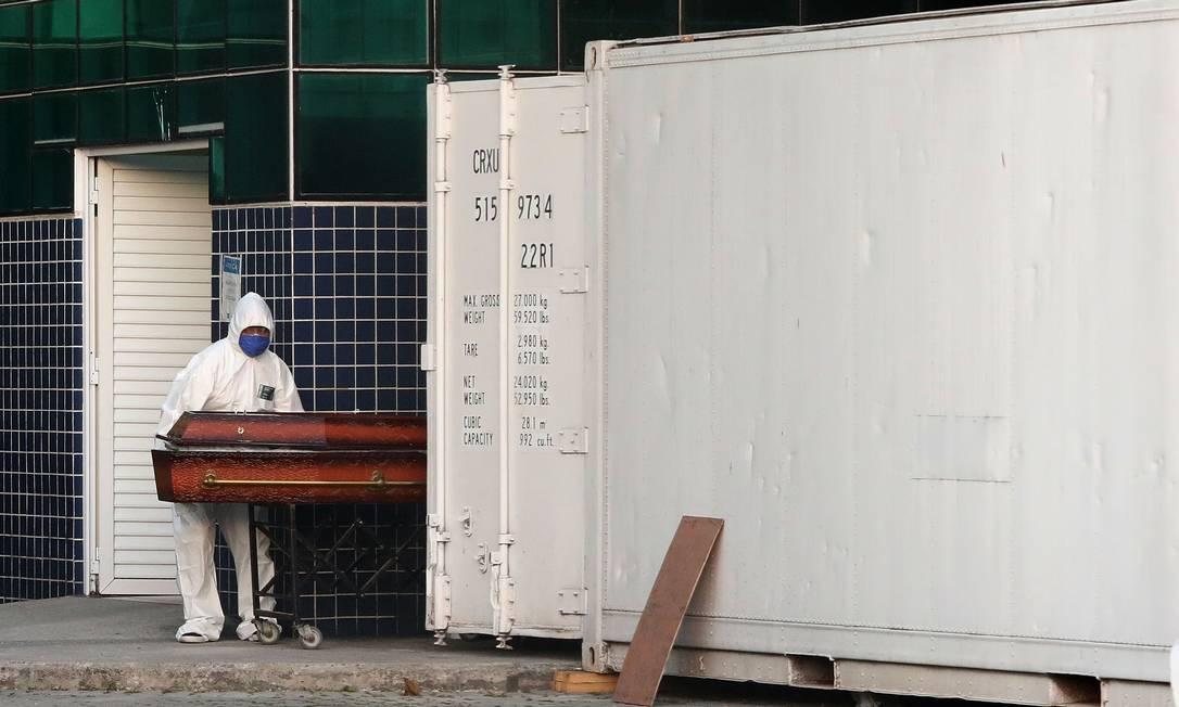 Agentes funerários retiram corpo no contêiner no Hospital Evandro Freire, na Ilha do Governador Foto: Fábio Motta / Agência O Globo
