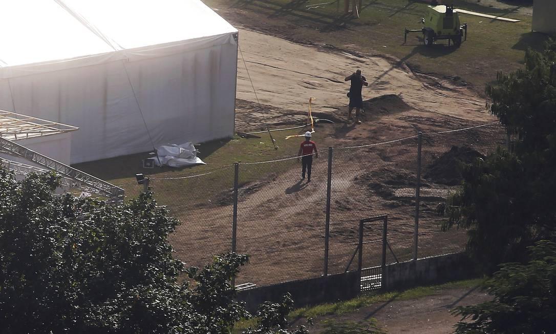 Nesta segunda-feira, operários trabalham nas obras Foto: Fabiano Rocha / Agência O Globo