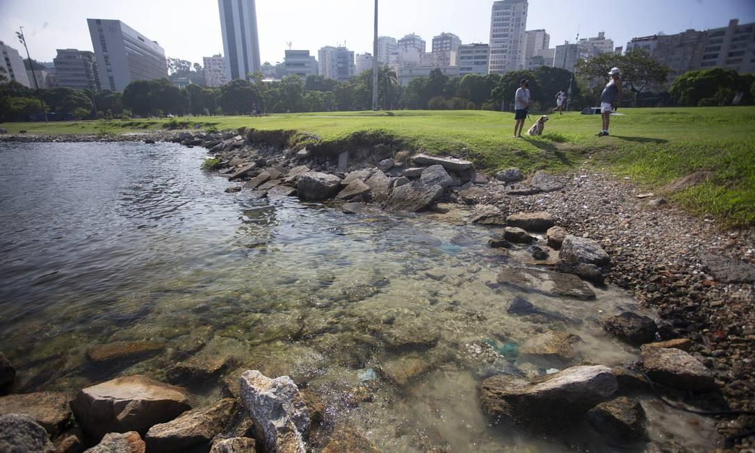 Fenômeno atraiu curiosos que quiseram ver de perto a beleza das águas limpas na enseada Foto: Márcia Foletto / Agência O Globo