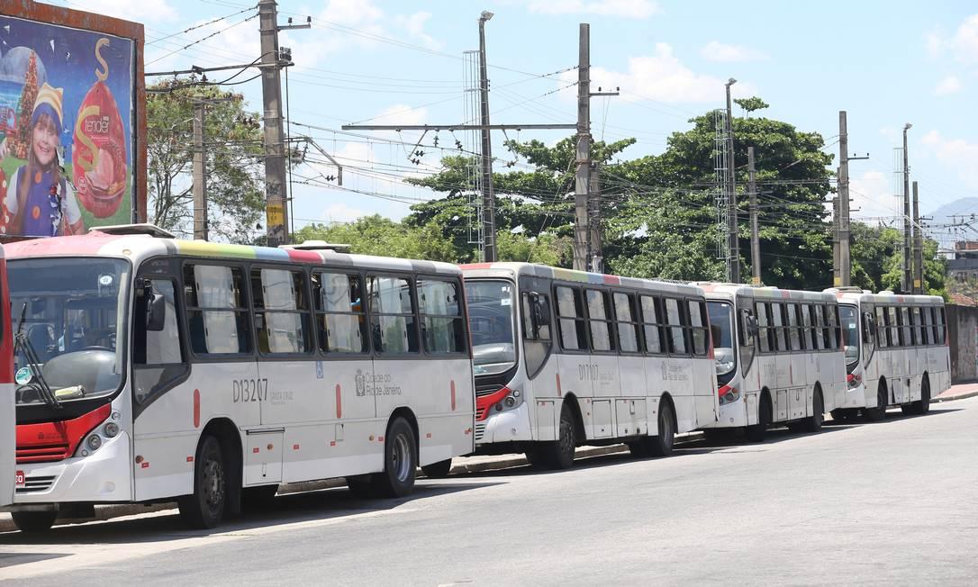 Ônibus enfileirados em via da Zona Oeste da cidade Foto: Guilherme Pinto / Agência O Globo