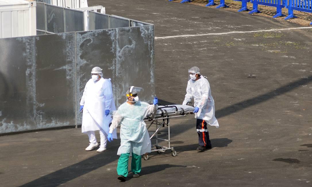 Movimentação de profissionais nesta segunda-feira no hospital de campanha montado no Maracanã para desafogar fila de pacientes com Covid-19 Foto: Alexandre Durão / Código 19