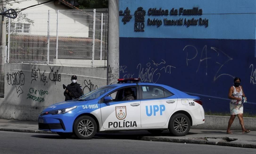 Policiamento reforçado no entorno do Complexo do Alemão no dia seguinte a Operação Policial que dexou 13 pessoas mortas Foto: Fabiano Rocha