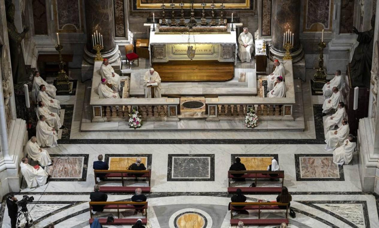 O Papa Francisco celebrou uma missa para marcar o 100º aniversário do nascimento do Papa João Paulo II, na Basílica de São Pedro, no Vaticano Foto: HANDOUT / AFP