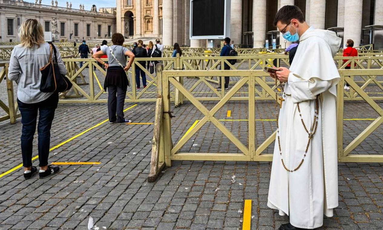 Visitantes se alinham em fila respeitando as regras impostas de distanciamento social para acessar a Basílica de São Pedro. Foto: VINCENZO PINTO / AFP