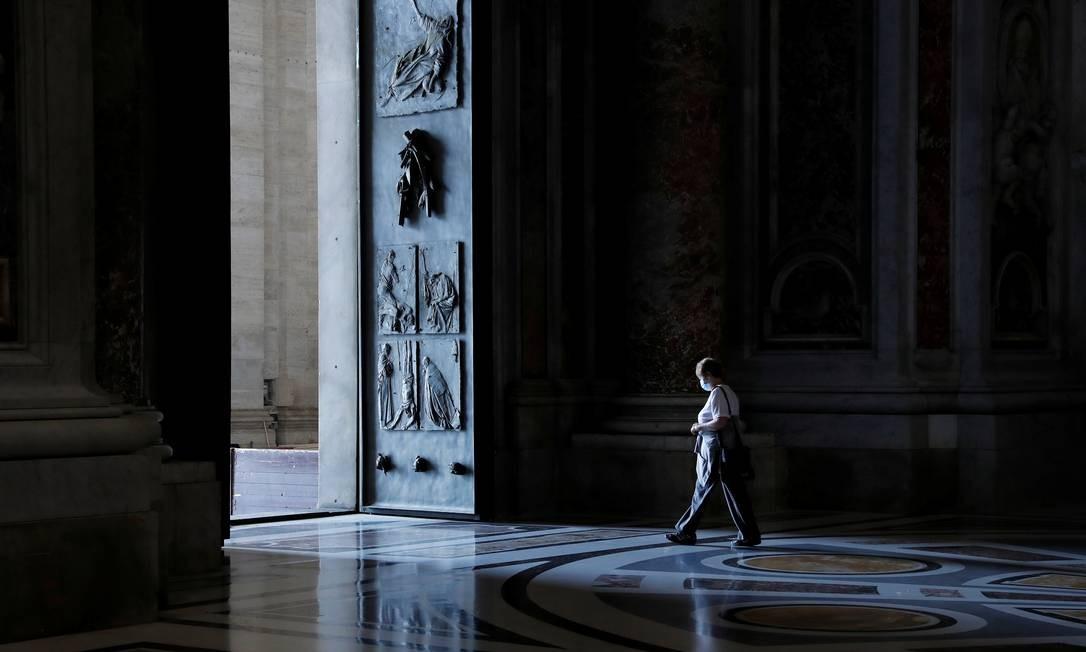Turista deixa a Basílica de São Pedro após visitá-la no dia da reabertura ao público Foto: REMO CASILLI / REUTERS