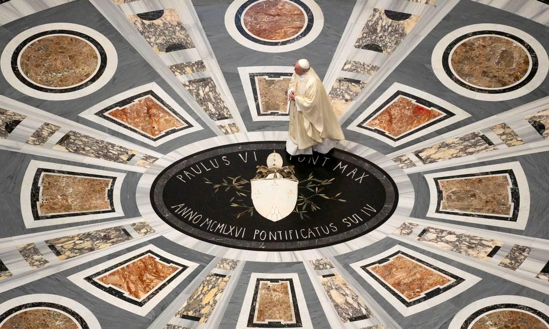 O Papa Francisco entra na Basílica de São Pedro para liderar uma missa privada em uma capela onde João Paulo II está enterrado Foto: VATICAN MEDIA / via REUTERS