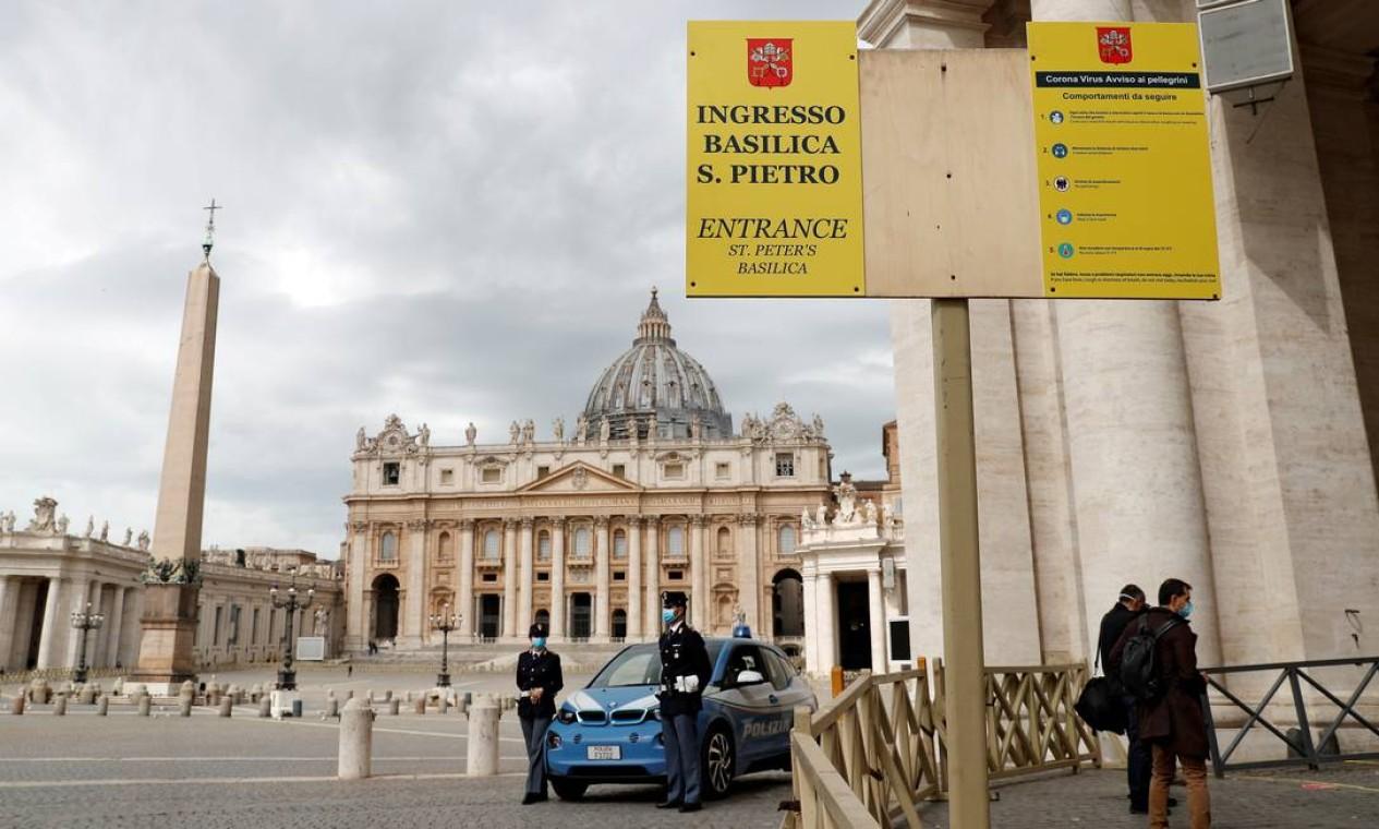 Na presença de vários policiais usando luvas e máscaras cirúrgicas, visitantes puderam entrar na Basílica, fechada desde 10 de março Foto: REMO CASILLI / REUTERS