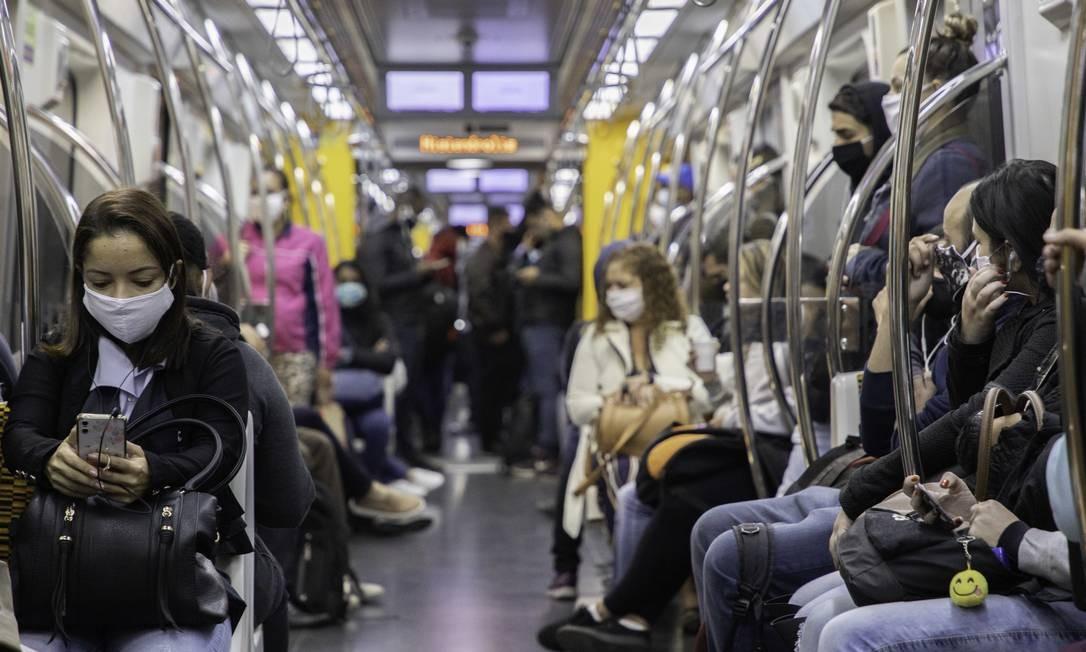 Movimentação de pessoas em vagão da Linha 4 Amarela do metrô de São Paulo na manhã desta segunda-feira (18) Foto: Fotoarena / Agência O Globo