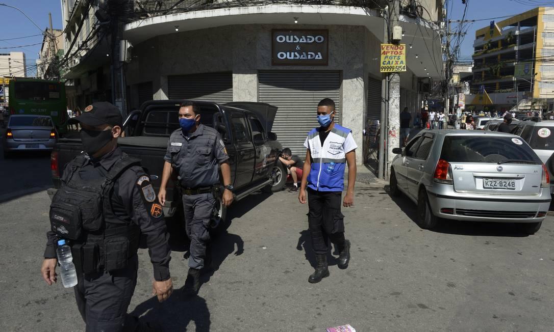 Policiais em frente a calçadão fechado em Caxias Foto: Antonio Scorza em 12/05/2020 / Agência O Globo