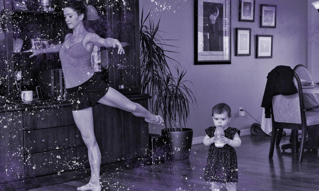 A bailarina do New York City Ballet, Megan Fairchild, se exercita na sala de sua casa ao lado da filha Foto: Kim Raff / NYT