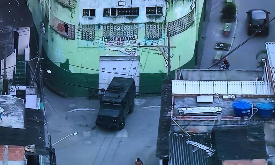 Um blindado da PM em Parada de Lucas Foto: TV Globo / Reprodução