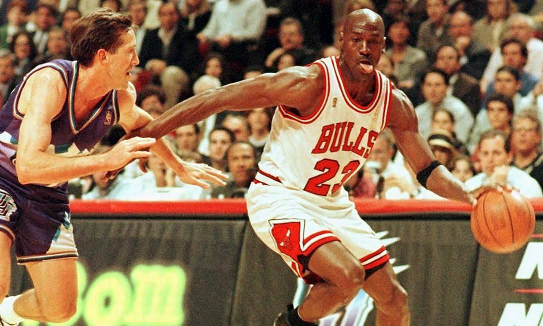 Michael Jordan em ação pelo Chicago Bulls contra o Utah Jazz, na NBA Finals de 1997 Foto: VINCENT LAFORET / AFP/04.06.1997
