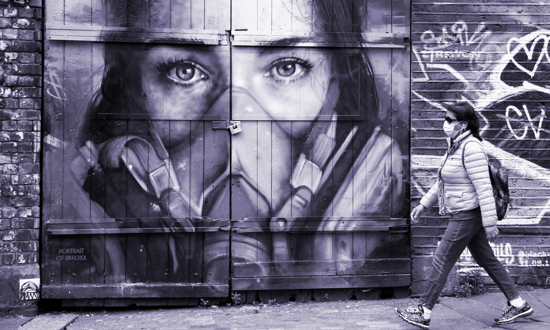Mulheres aceitam mais o uso público das máscaras de proteção facial, afirma estudo realizado por universidades britânicas e americanas Foto: Henry Nicholls / Reuters