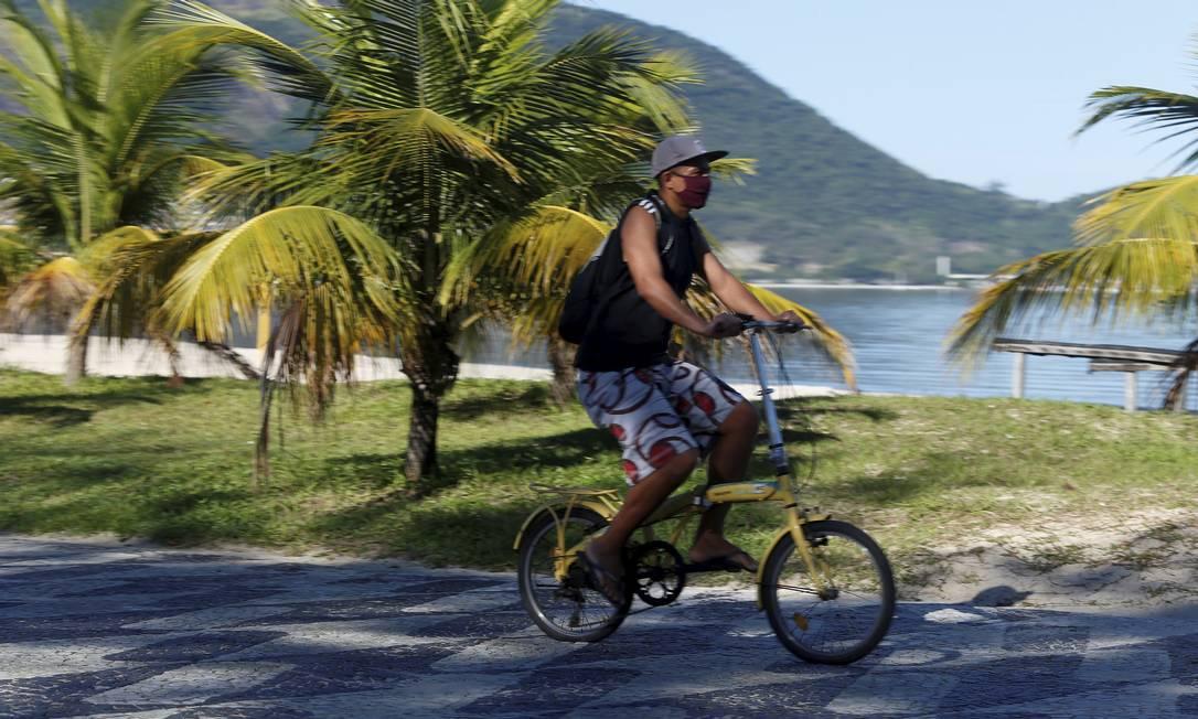 Ciclista pedala na orla de São Francisco: uso de máscara será obrigatório Foto: FABIANO ROCHA / Agência O Globo