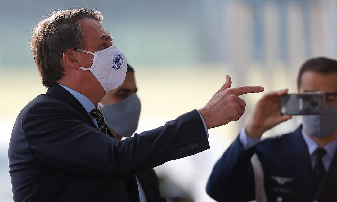 O presidente Jair Bolsonaro conversa com apoiadores em frente ao Palácio da Alvorada Foto: Jorge William/Agência O Globo