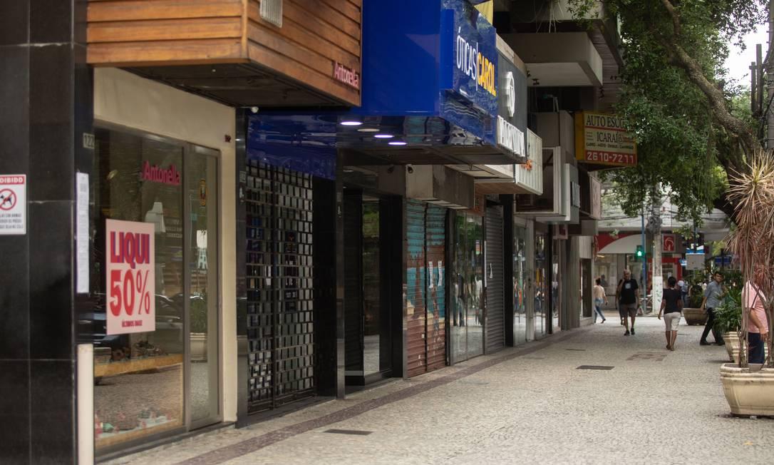 Comércio fechado na Rua Lopes Trovão, em Icaraí: a partir desta quinta, lojas de materiais de construção, de bicicletas, oficinas mecânicas, óticas e serviços médicos estão autorizados a reabrir Foto: Brenno Carvalho / Agência O Globo