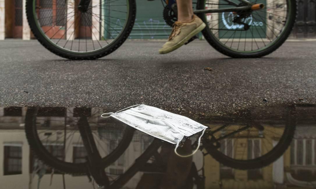 Descaso perigoso: máscara cirúrgica descartada junto ao meio-fio da Rua da Emancipação, em São Cristóvão Foto: Leo Martins / Agência O Globo