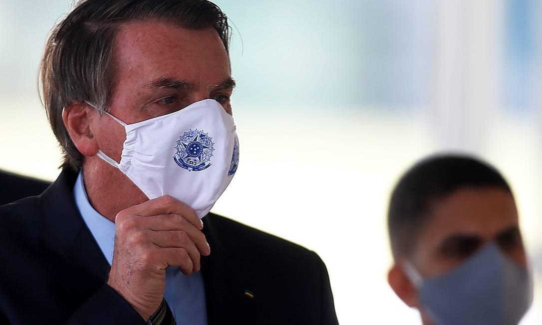 O presidente Jair Bolsonaro conversa com apoiadores no Palácio do Alvorada na última terça-feira (19) Foto: Jorge William / Agência O Globo