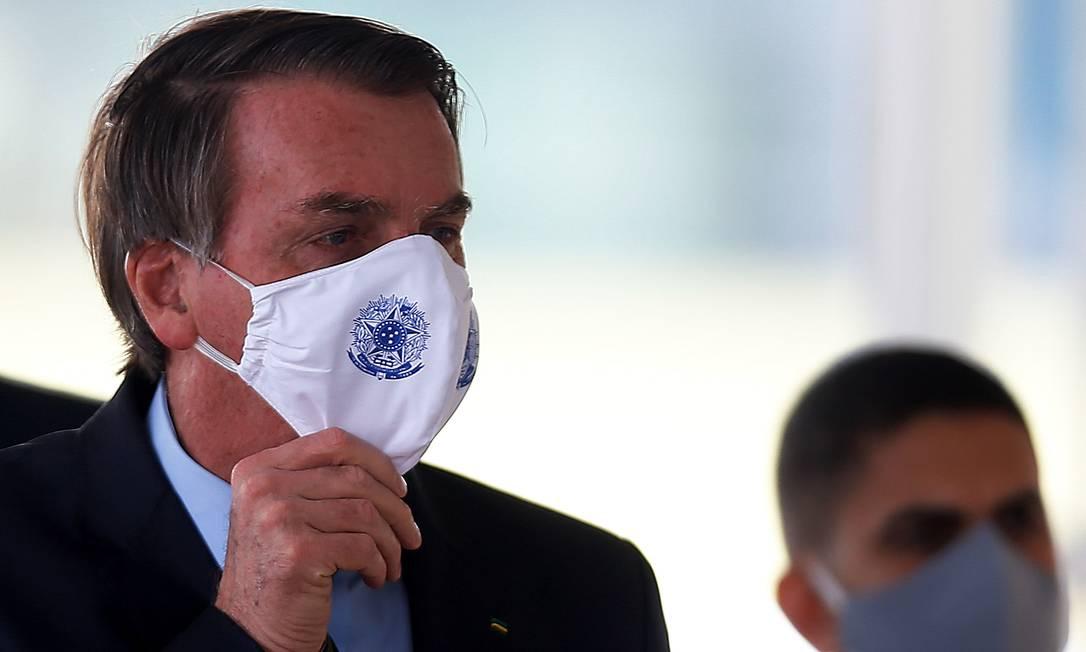 Presidente Jair Bolsonaro conversa com apoiadores em frente ao Palácio da Alvorada, na terça Foto: Jorge William / Agência O Globo
