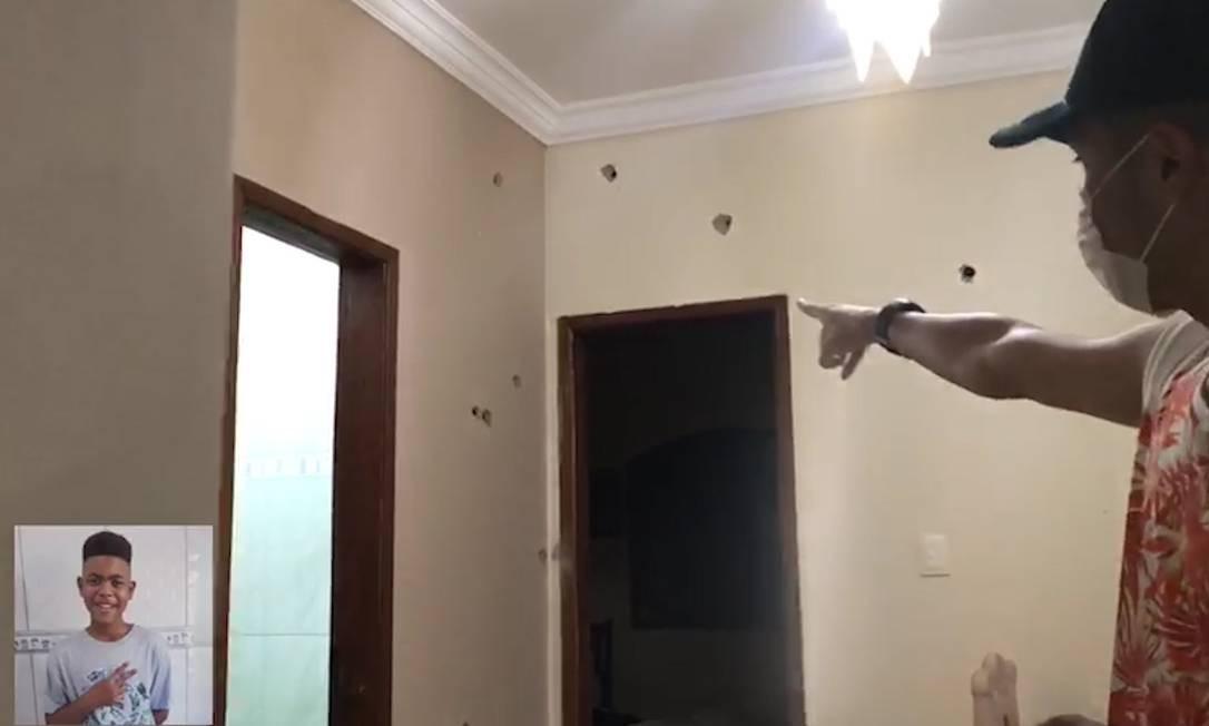 O líder comunitário Tchetheco mostra as perfurações de balas na parede da casa onde João Pedro foi morto Foto: Reprodução