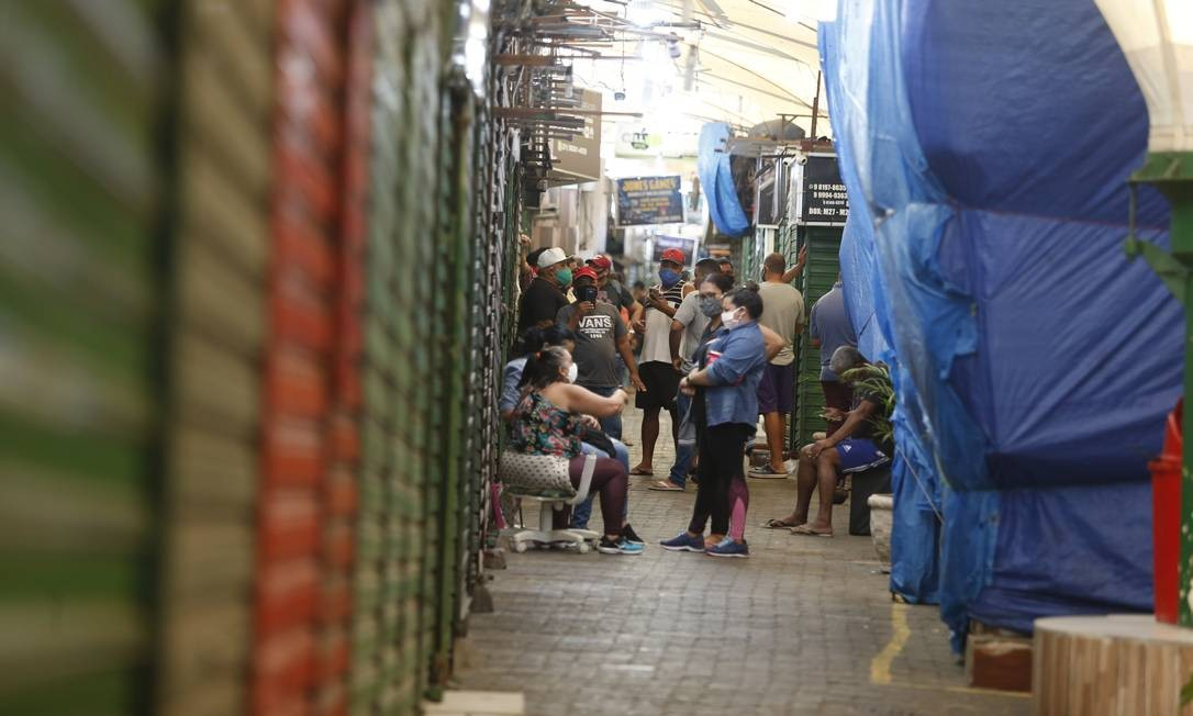 Donos de boxes se reúnem no camelódromo da Rocinha. Remoção deixou comerciantes apreensivos Foto: Fabiano Rocha / Agência O Globo