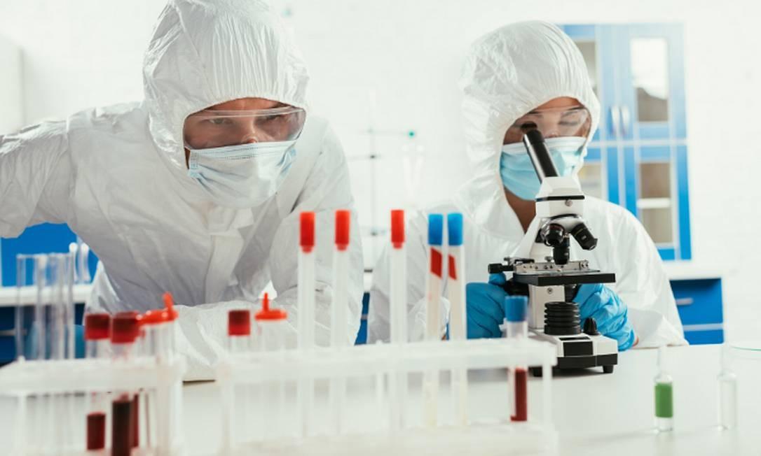 Químicos dedicam-se à criação de novos compostos e antivirais Foto: Banco de imagens