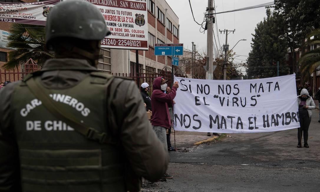 Moradores de região pobre de Santiago protestam contra a falta de ajuda econômica do governo durante o lockdown Foto: MARTIN BERNETTI / AFP