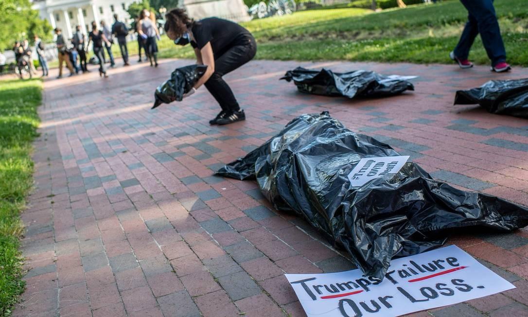 Manifestantes colocaram sacos representando corpos durante um protesto em frente à Casa Branca, em Washington Foto: ERIC BARADAT / AFP