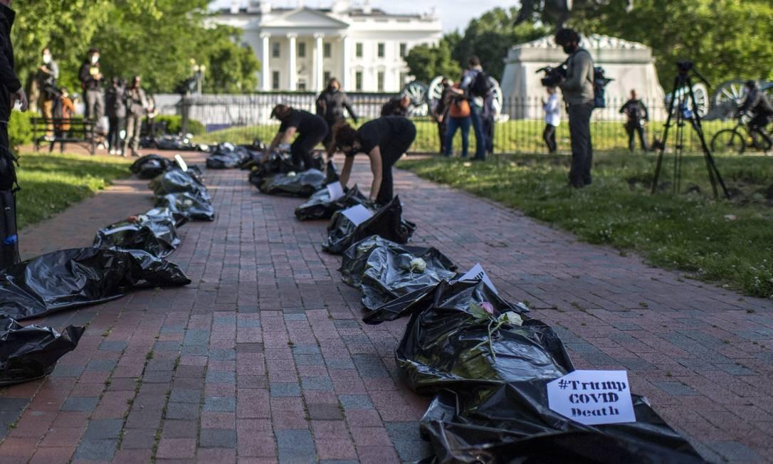Ato fúnebre promovido por ativistas cobra respostas mais eficientes do governo Trump para a pandemia de Covid-19 nos Estados Unidos. País registra mais de 93 mil mortes pela doença Foto: ERIC BARADAT / AFP