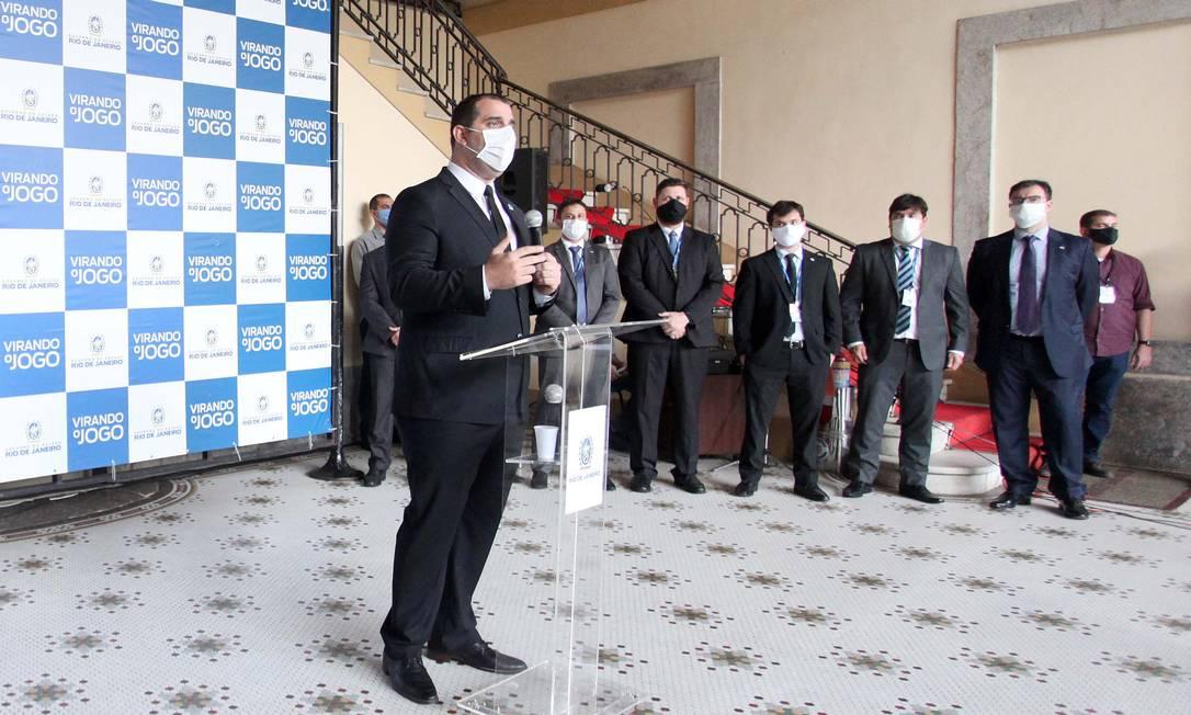 O secretário Lucas Tristão apresenta o projeto de flexibilização durante entrevista coletiva Foto: Divulgação